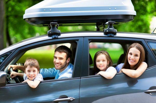 Kinh nghiệm mua xe ô tô mới cho gia đình là nên đưa cả nhà đi xem xe.